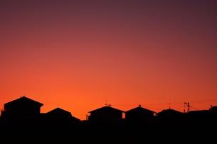 日本の風景 ・ 家並みの夕景シルエットの写真素材 [FYI01198758]