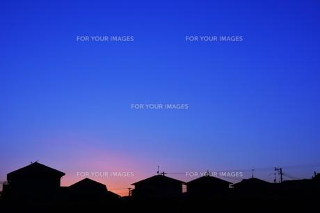 日本の風景 ・ 家並みの夕景シルエットの写真素材 [FYI01198759]