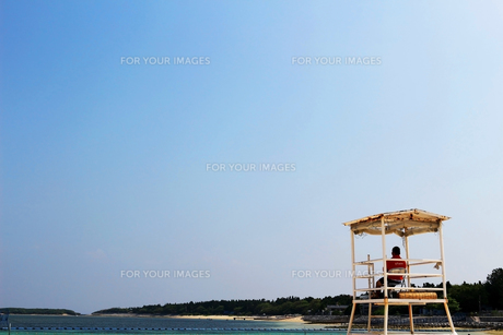 リゾートの海水浴場を守る監視台の写真素材 [FYI01198896]