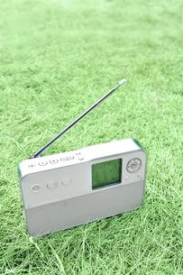 芝生の上のポータブルラジオの写真素材 [FYI01198910]