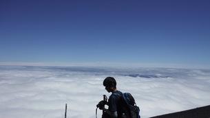 富士山頂上で得た達成感の写真素材 [FYI01198982]