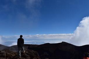富士山頂上で得た達成感の写真素材 [FYI01198983]