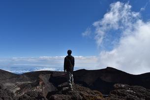 富士山頂上で得た達成感の写真素材 [FYI01198984]