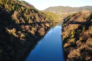 穏やかな相模川と橋影の写真素材 [FYI01199009]