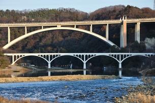 相模川に架かる新旧の小倉橋の写真素材 [FYI01199071]