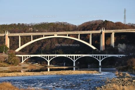 相模川に架かる新旧の小倉橋の写真素材 [FYI01199072]