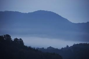 濃霧に覆われた町並みと山々の写真素材 [FYI01199137]