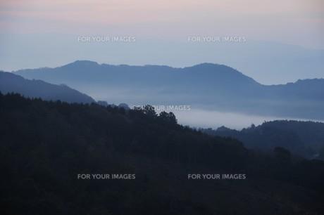 濃霧に覆われた町並みと山々の写真素材 [FYI01199138]