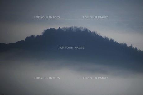 濃霧に覆われた町並みと山々の写真素材 [FYI01199140]