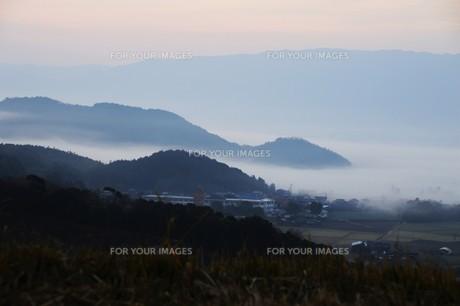 濃霧に覆われた町並みと山々の写真素材 [FYI01199141]