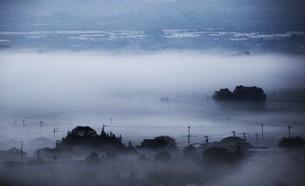 濃霧に覆われた町並みと山々の写真素材 [FYI01199142]