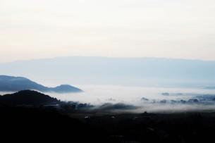 濃霧に覆われた町並みと山々の写真素材 [FYI01199143]
