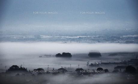 濃霧に覆われた町並みと山々の写真素材 [FYI01199153]