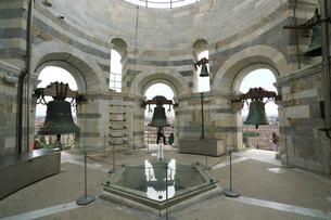 ピサの斜塔の最上階の鐘の写真素材 [FYI01199174]