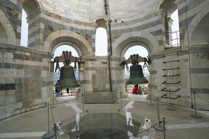 ピサの斜塔の最上階の鐘の写真素材 [FYI01199175]