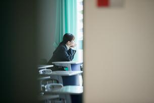 放課後の教室にいる女性生徒の写真素材 [FYI01199206]