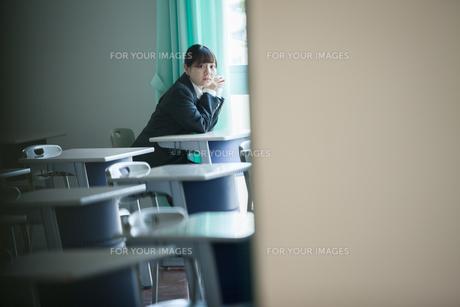 放課後の教室にいる女性生徒の写真素材 [FYI01199207]