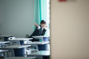 放課後の教室にいる女性生徒の写真素材 [FYI01199209]