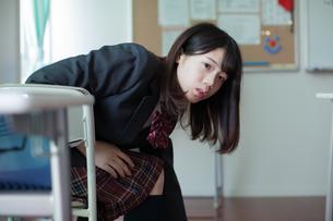 授業 女子生徒 振り向くの写真素材 [FYI01199224]