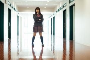 廊下 女子高生の写真素材 [FYI01199228]