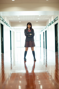 廊下 女子高生の写真素材 [FYI01199229]