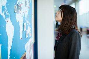 廊下 女子高生の写真素材 [FYI01199230]