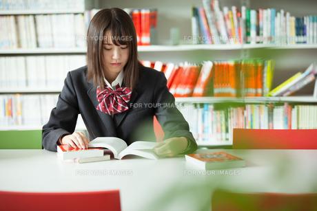 学校生活を送る女子高生の写真素材 [FYI01199235]