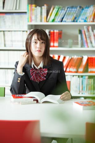 学校生活を送る女子高生の写真素材 [FYI01199236]
