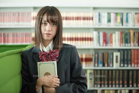 学校生活を送る女子高生の写真素材 [FYI01199240]