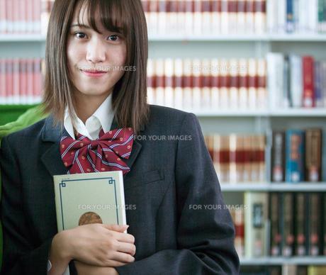 学校生活を送る女子高生の写真素材 [FYI01199241]