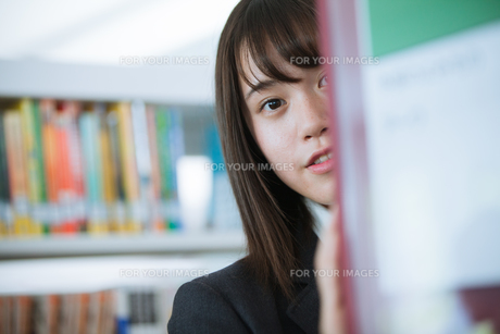 学校生活を送る女子高生の写真素材 [FYI01199245]