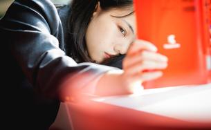 図書室で勉強する女子生徒の写真素材 [FYI01199249]