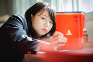 図書室で勉強する女子生徒の写真素材 [FYI01199253]