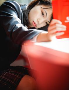 図書室で勉強する女子生徒の写真素材 [FYI01199254]
