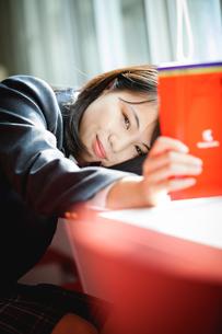 図書室で勉強する女子生徒の写真素材 [FYI01199255]