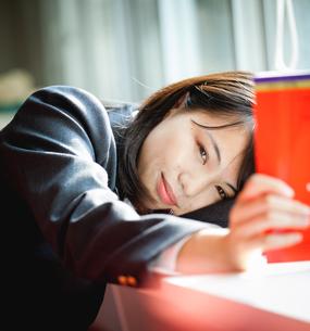 図書室で勉強する女子生徒の写真素材 [FYI01199256]