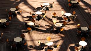 丸テーブルが並ぶ都会のテラスの写真素材 [FYI01199293]