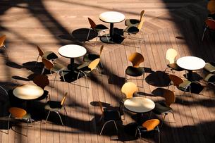 丸テーブルが並ぶ都会のテラスの写真素材 [FYI01199294]