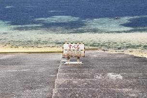 海に降りる階段に掲示された「滑る」の表示の写真素材 [FYI01199296]