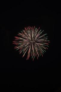 夜空を彩る夏の風物詩 ・ 花火大会の写真素材 [FYI01199304]