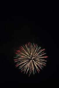 夜空を彩る夏の風物詩 ・ 花火大会の写真素材 [FYI01199307]
