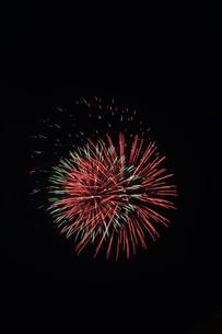 夜空を彩る夏の風物詩 ・ 花火大会の写真素材 [FYI01199308]