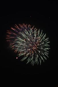 夜空を彩る夏の風物詩 ・ 花火大会の写真素材 [FYI01199309]