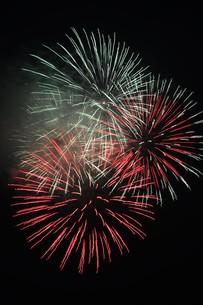 夜空を彩る夏の風物詩 ・ 花火大会の写真素材 [FYI01199310]