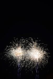夜空を彩る夏の風物詩 ・ 花火大会の写真素材 [FYI01199311]