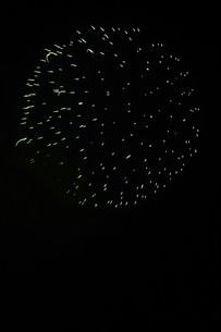 夜空を彩る夏の風物詩 ・ 花火大会の写真素材 [FYI01199312]