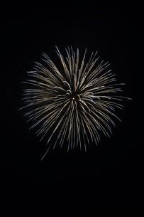 夜空を彩る夏の風物詩 ・ 花火大会の写真素材 [FYI01199314]