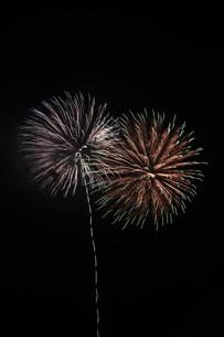 夜空を彩る夏の風物詩 ・ 花火大会の写真素材 [FYI01199317]