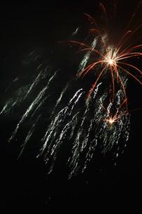 夜空を彩る夏の風物詩 ・ 花火大会の写真素材 [FYI01199322]
