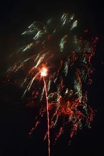 夜空を彩る夏の風物詩 ・ 花火大会の写真素材 [FYI01199323]